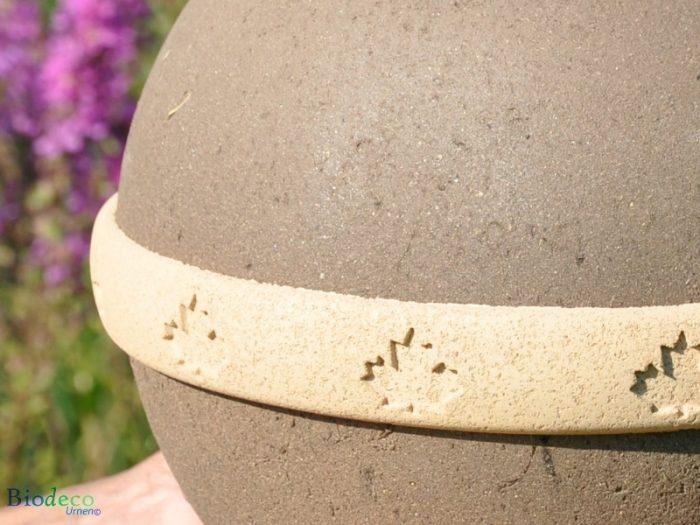Detail van de biologisch afbreekbare eco-urn Geos, voor een asbijzetting in de aarde