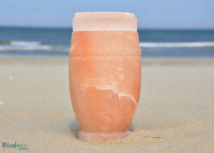 De mini zee-urn van Himalaya zout op het strand