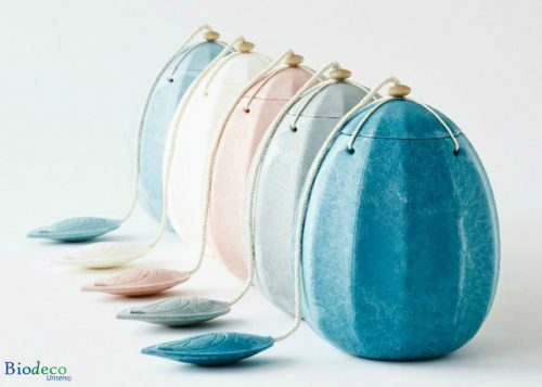 De biologisch afbreekbare zee-urn Beyond in vijf verschillende warme kleuren: turquoise, mosgroen, roze, roomwit en lichtblauw