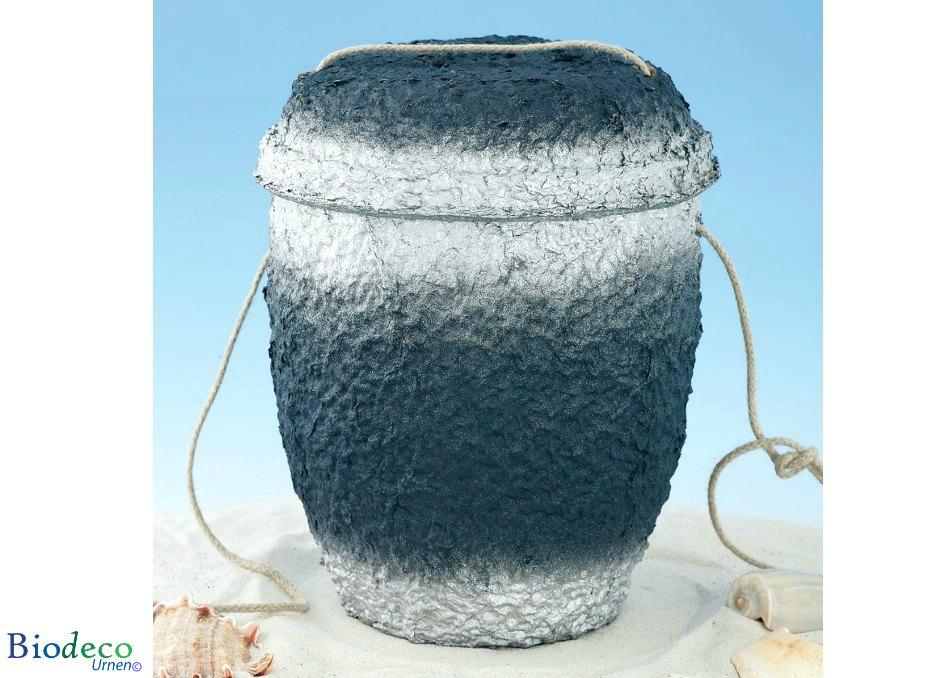 De biologisch afbreekbare zee-urn Marineblauw Zilver, met touw voor een asbijzetting, in het zand, geproduceerd van cellulose