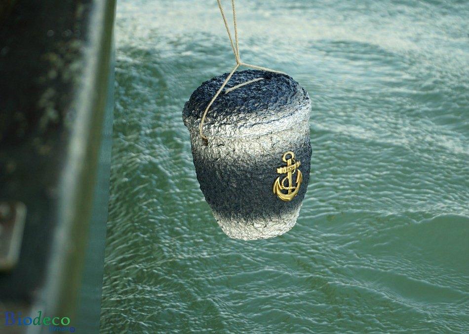 Asbijzetting met de zee-urn Cellulose Messing Anker, vanaf een boot in de Noordzee voor de kust van Scheveningen