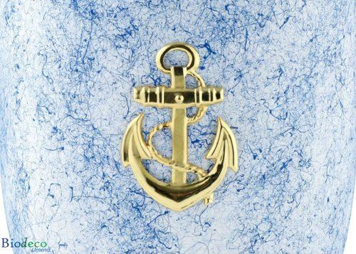 Detial van de biologisch afbreekbare zee-urn Oceaan met een messing anker, voor een asbijzetting in her water