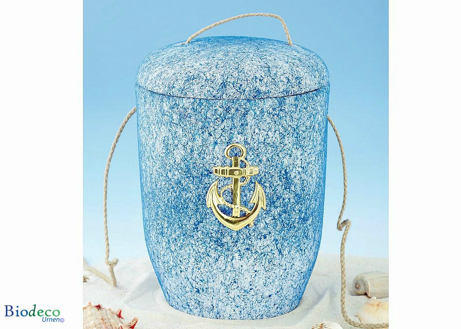 De biologisch afbreekbare zee-urn Oceaan met Messing Anker opgesteld in het zand, voor een asbijzettinng in het water