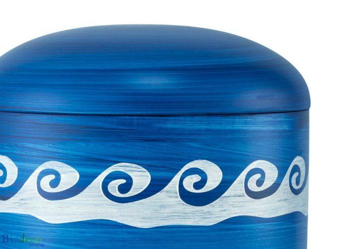 Detail van de biologisch afbreekbare zee-urn Oceaan met Golven, blauwe urn gedecoreerd met onstuimige golven, geairbrusht