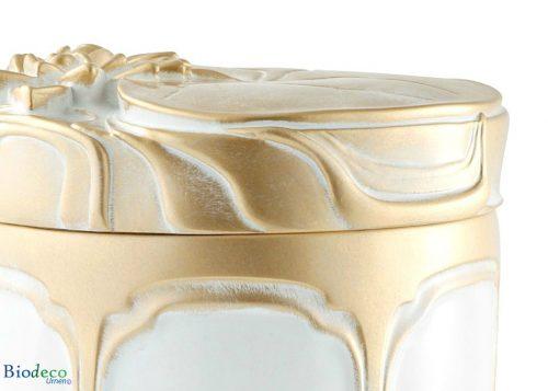 Detail van de biologisch afbreekbare zee-urn Waterlelies, gedecoreerd met goudkleurige waterlelies op het deksel