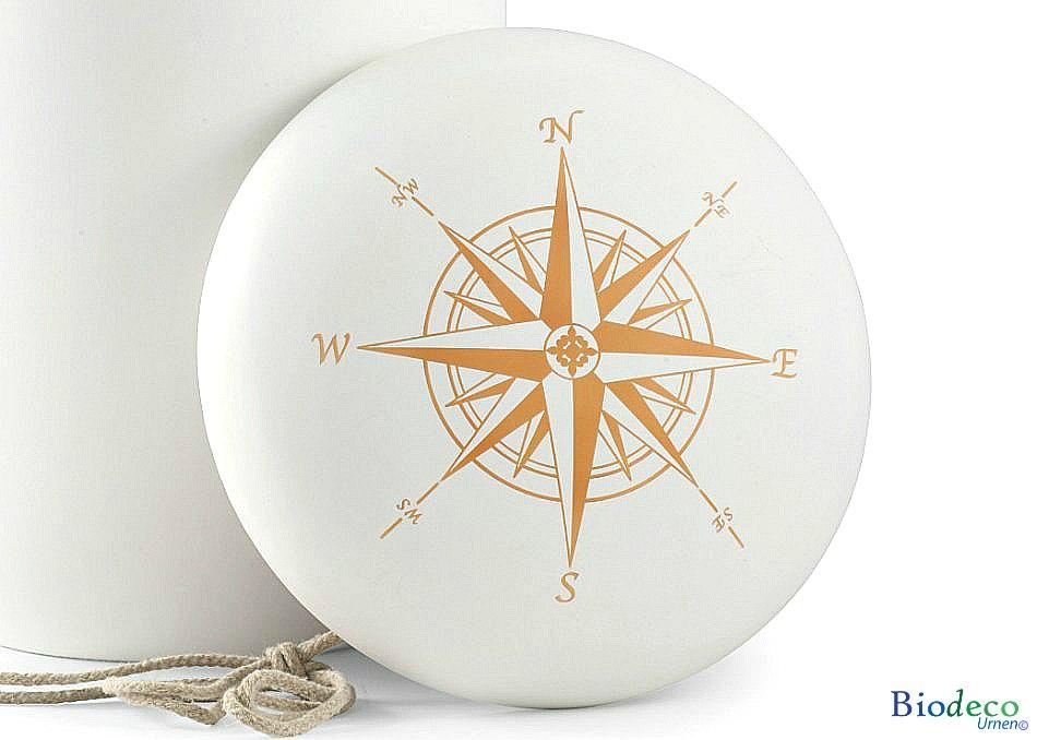 Detail van biologisch afbreekbare zee-urn met handgeschilderde windroos op de deksel