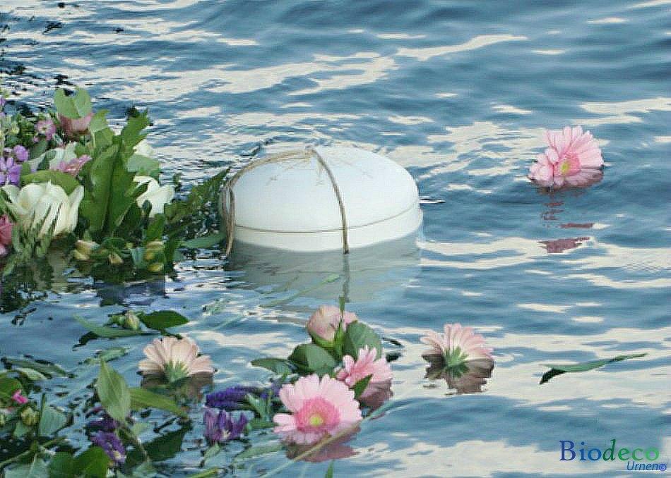 Asbijzetting met een zee-urn met afbeelding van een windroos op de deksel, in de Noordzee