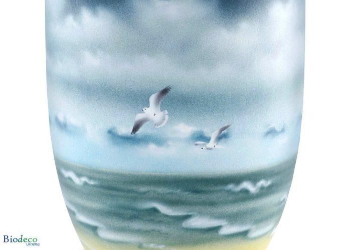 Detail van de biologisch afbreekbare zee-urn Woelige zee met Meeuwen