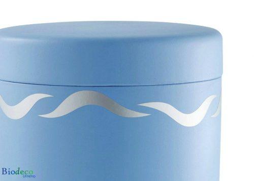 Detail van de deksel vae de biologisch afbreekbare zee-urn Zilveren Golven, blauwe urn gedecoreerd met onstuimige golven