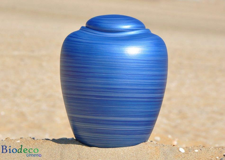 Bio-urn Ocean Aqua, biologisch afbreekbare urn op een zandstrand