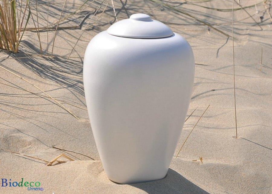 Bio-urn Classic Parel, biologisch afbreekbare urn op het strand van Hoek van Holland