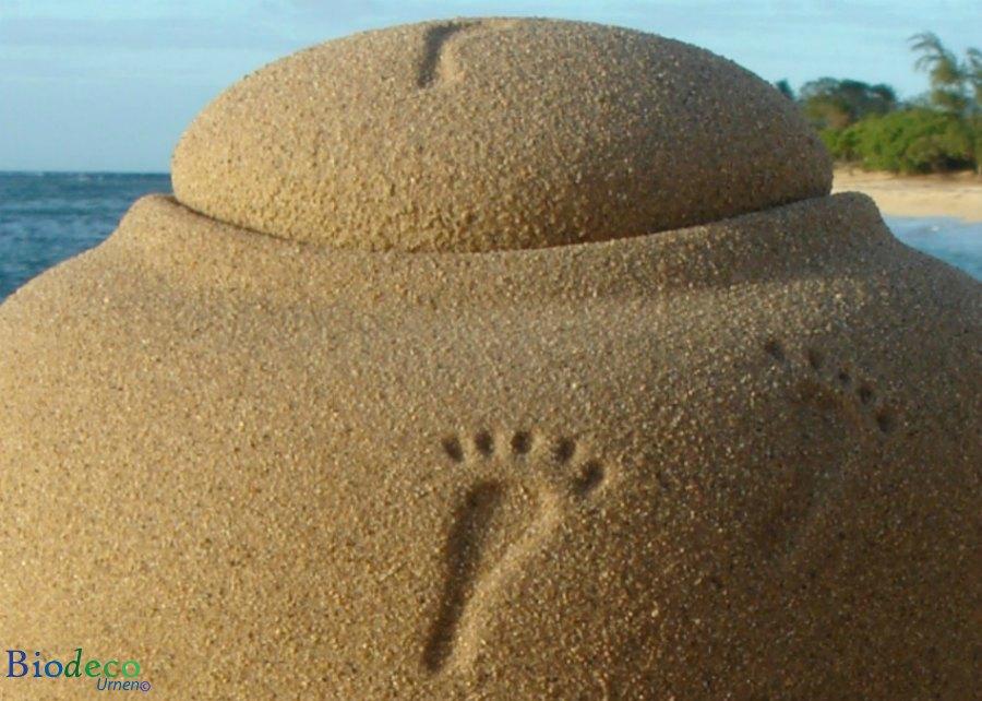 De biologisch afbreekbare bio-urn Ocean Sand Footprints in detail