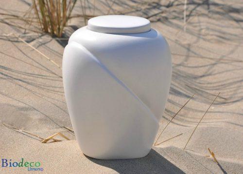 Bio-urn Traditional Parel, biologisch afbreekbaar, op het duinzand