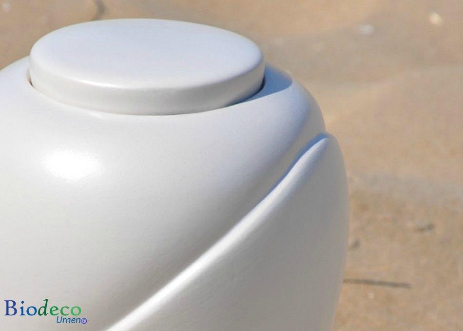 Detail van de bio-urn Traditional Parel op het strand van Scheveningen