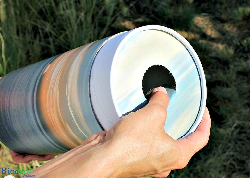 Detail van de perforatie in de deksel van de strooikoker Zonsondergang, voor het verstrooien van crematie-as