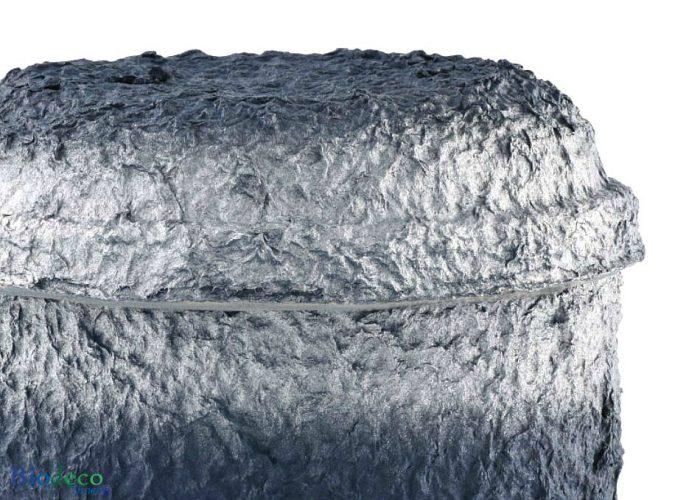 Detail van de biologisch afbreekbare zee-urn Marineblauw Zilver geproduceerd van cellulose, voor een asbijzetting in het water