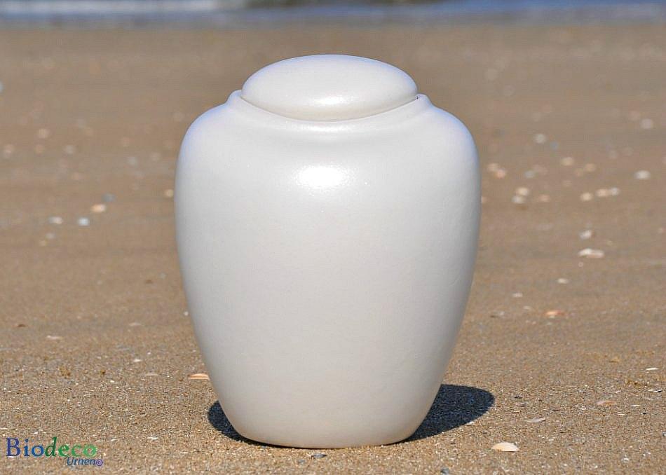 Zee-urn Ocean Parel, biologisch afbreekbare urn op een zandstrand