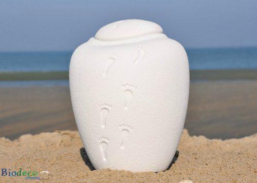Biologisch afbreekbare zee-urn Ocean Quartz footprints, op het strand