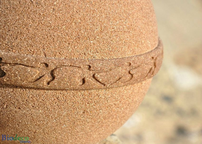 Detail van de biologisch afbreekbare eco-urn Samsara Zand, strandzand gebonden door plantaardige extracten