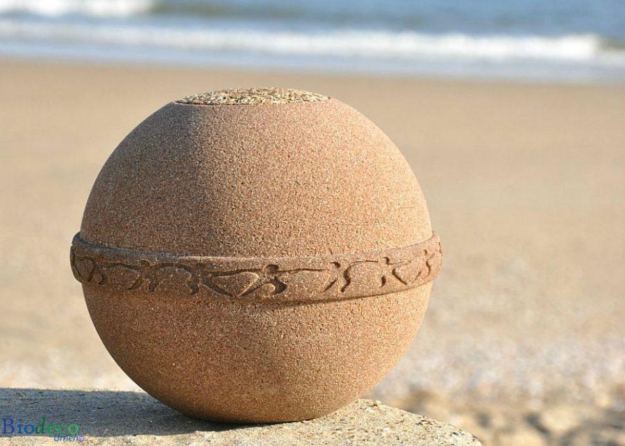 De eco-urn Samsara Zand op het strand, van Goudzand gebonden door plantaardige extracten