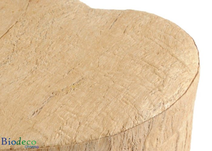 Detail van de biologisch afbreekbare Hart-urn Houtstructuur, voor een asbijzetting in de aarde