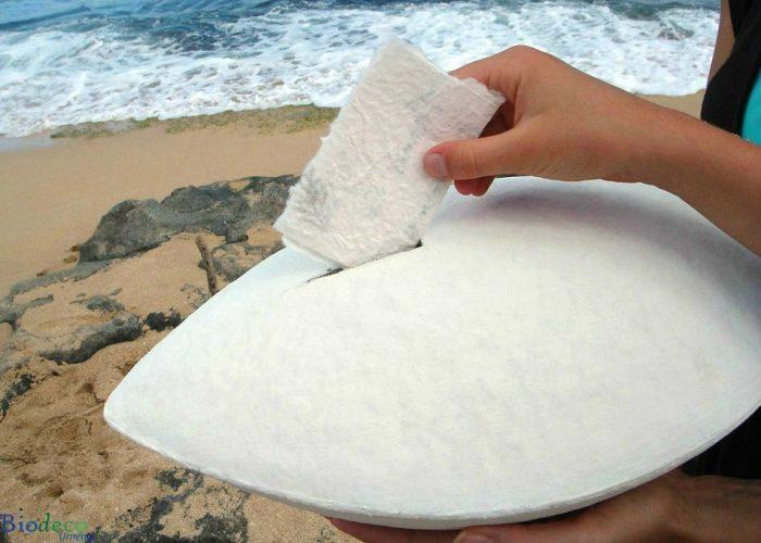De biologisch afbreekbare zee-urn Memento Wit, op het strand met de zee op de achtergrond