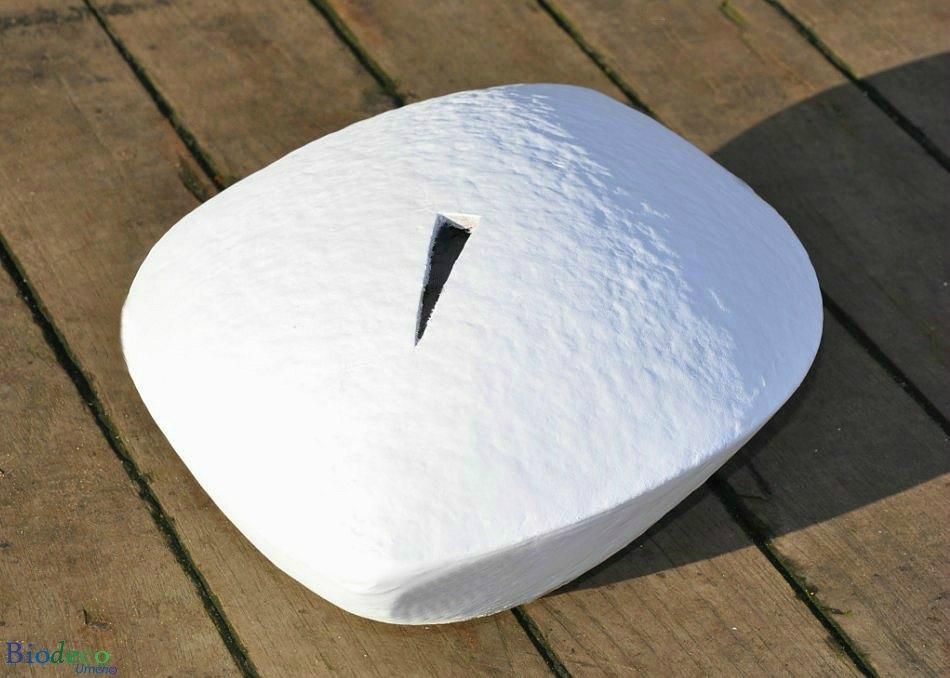 De biologisch afbreekbare zee-urn Memento Wit, op het dek van een schip in Scheveningen, voor een asbijzetting