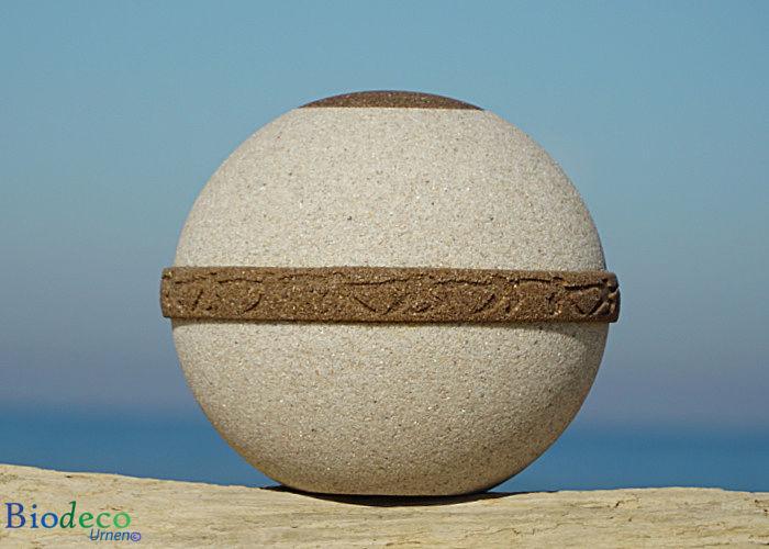 De biologisch afbreekbare zee-urn Cuartzo, gemaakt van kwarts- en strandzand. Voor een asbijzetting in het water